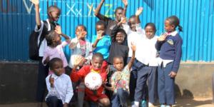 Kenia: Ecovis Fußbälle in Nairobi eingetroffen - Ecovis & friends Stiftung