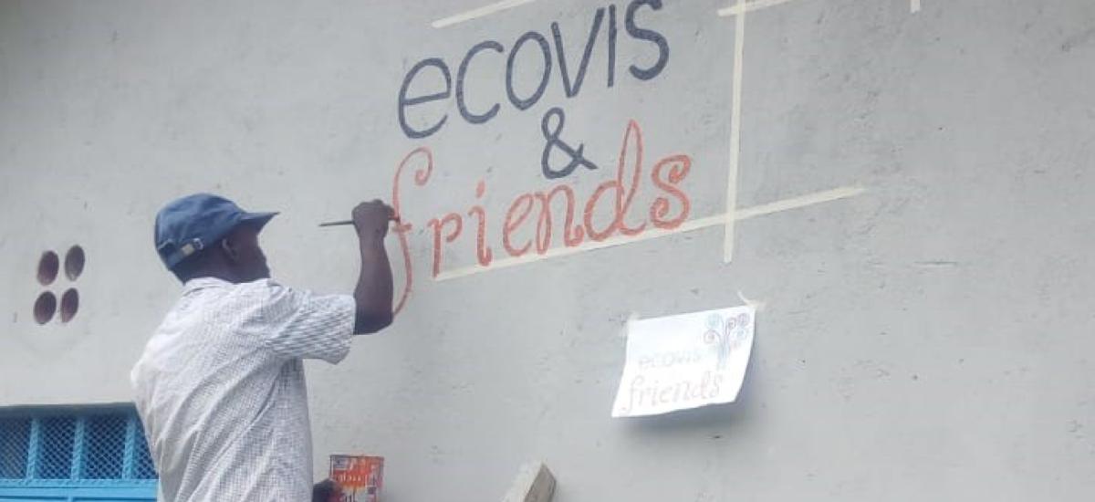 Finaler Anstrich für neues Schulgebäude in Kenia