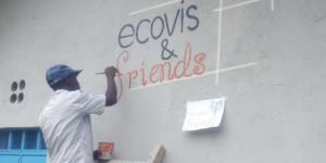 Finaler Anstrich für neues Schulgebäude in Kenia - Ecovis & friends Stiftung
