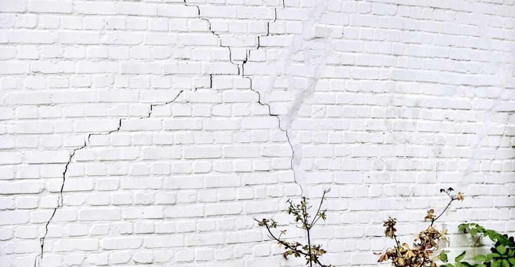 Wand mit Rissen